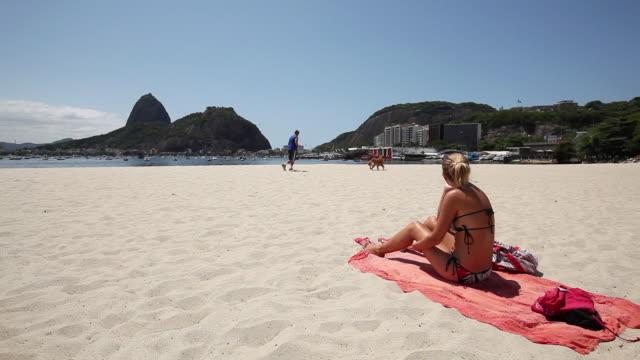 ws people at beach / rio de janeiro, brazil - asciugamano video stock e b–roll