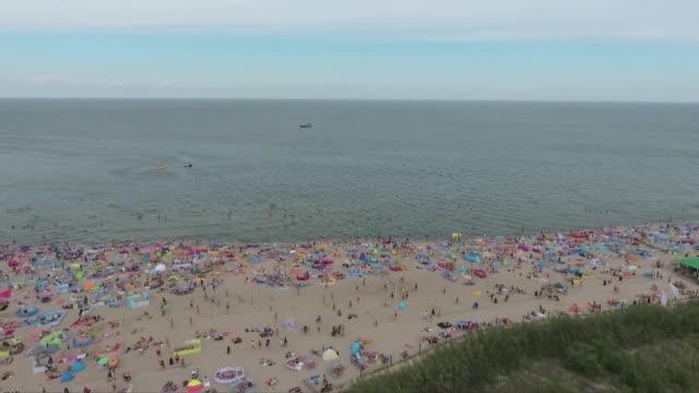 vidéos et rushes de people at beach - tourisme