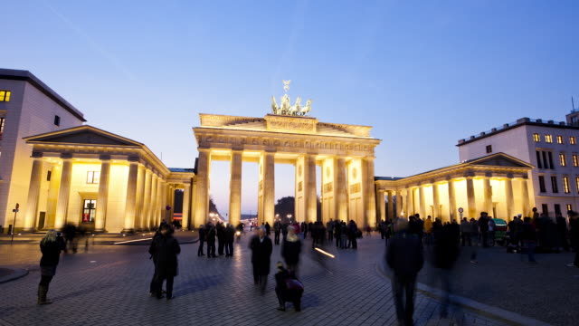 stockvideo's en b-roll-footage met ws zi t/l people at brandenburg gate / berlin, berlin, germany - brandenburgse poort