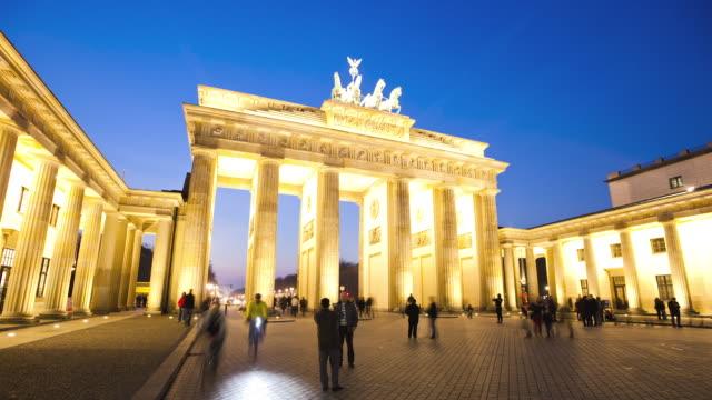 vidéos et rushes de ws t/l people at brandenburg gate / berlin, berlin, germany - se déplacer vers