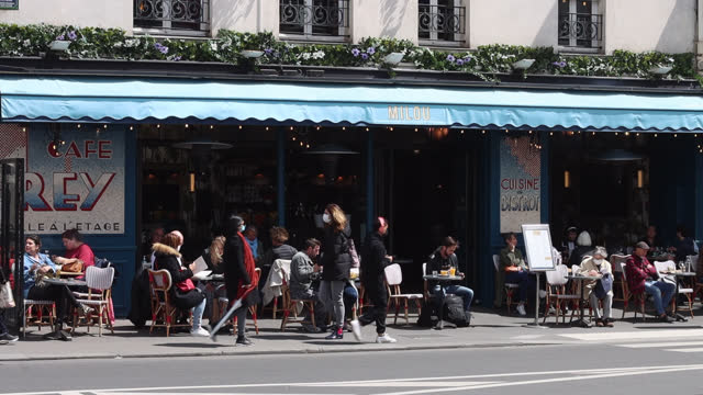 people at cafe terraces around 1pm during lunch break, rue du faubourg saint antoine. parisians adopt lifting of covid-19 restrictions as cafes and... - lunch stock videos & royalty-free footage