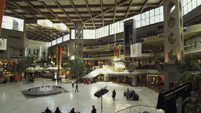 vidéos et rushes de ws people at complex desjardins shopping mall / montreal, quebec, canada - montreal