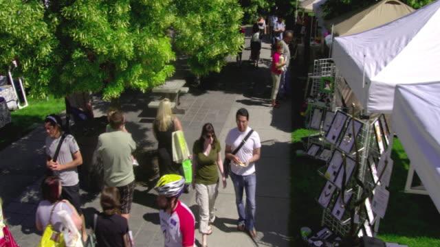 vídeos y material grabado en eventos de stock de ws cs people at flea market / salt lake city, utah, usa - jib shot