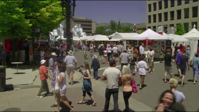 stockvideo's en b-roll-footage met ws cs pan people at flea market / salt lake city, utah, usa - rommelmarkt