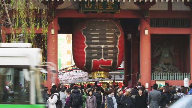 vídeos de stock, filmes e b-roll de ms people at kaminari gate of sensoji temple in asakusa / tokyo, tokyo-to, japan - templo asakusa kannon