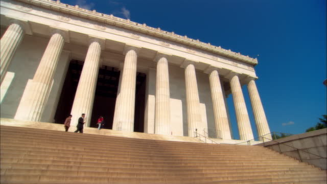 ms, pan, la people at lincoln memorial, washington dc, usa - lincolndenkmal stock-videos und b-roll-filmmaterial