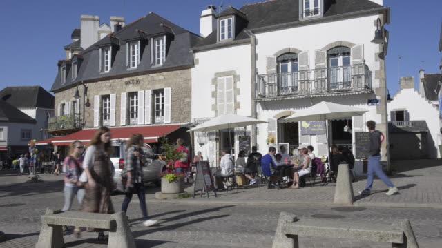 vidéos et rushes de people at marketplace and in sidewalk cafe - village