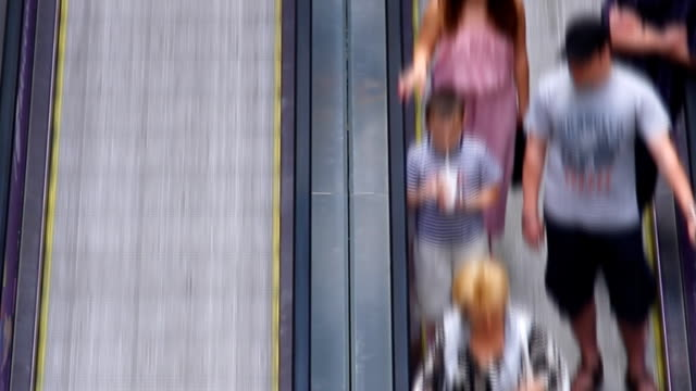 stockvideo's en b-roll-footage met people at moving sidewalk - voetgangerspad
