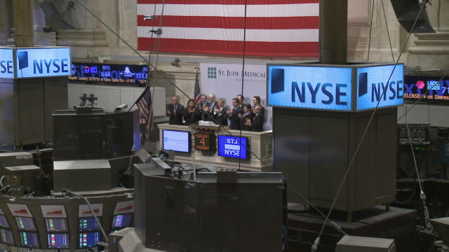 people at new york stock exchange / new york city new york usa - new york stock exchange bildbanksvideor och videomaterial från bakom kulisserna