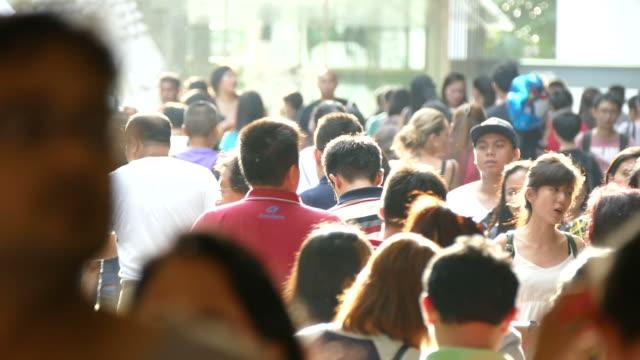 Persone in orchard road di Singapore