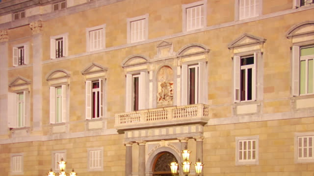 stockvideo's en b-roll-footage met zo, ms, people at palau de generalitat, plaza sant jaume, twilight, barcelona, spain  - 16e eeuwse stijl