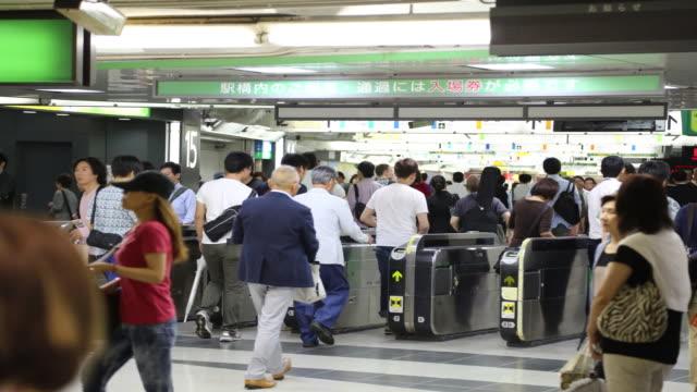 people at shinjuku station ticket gate - 自動改札機点の映像素材/bロール