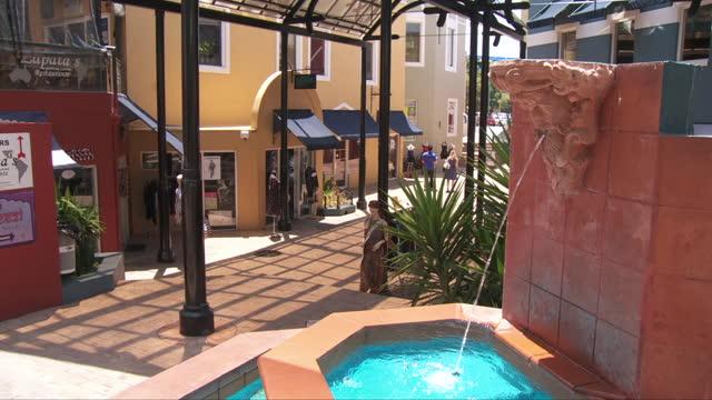 ws people at shopping district / fremantle, western australia, australia - フリーマントル点の映像素材/bロール