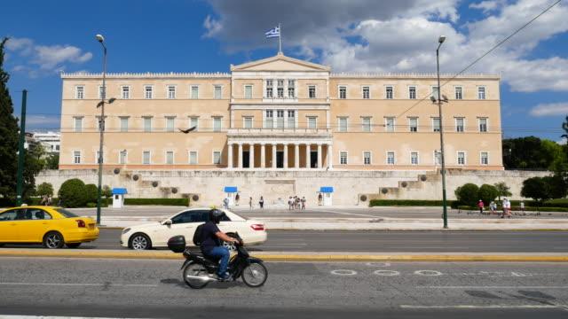 menschen am syntagma-platz und im parlamentsgebäude, 4k-entschließung. - athens greece stock-videos und b-roll-filmmaterial