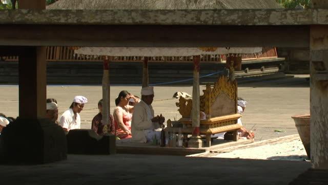 ms people at temple ceremony, indonesia, bali - auf dem boden sitzen stock-videos und b-roll-filmmaterial