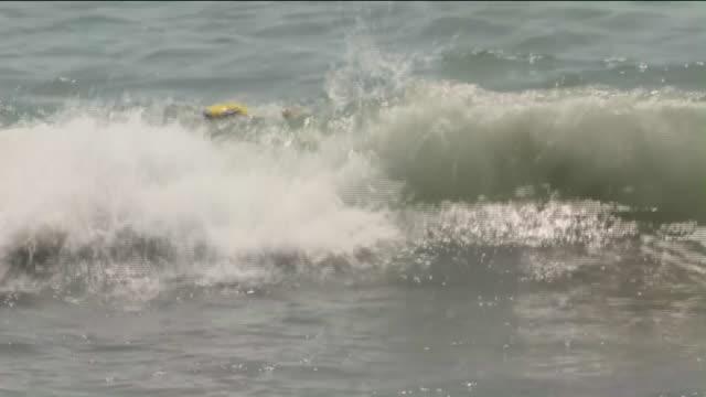 vídeos de stock e filmes b-roll de ktla people at the beach on labor day - long beach califórnia