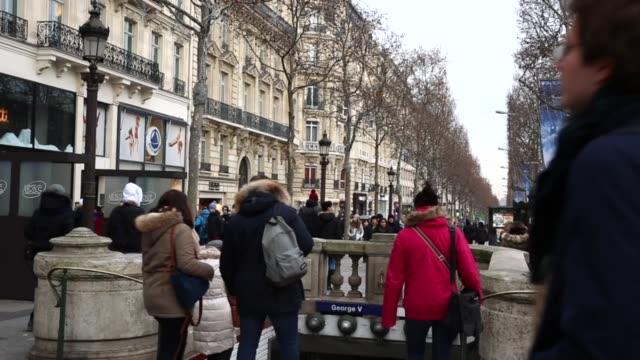 personer på den berömda champs elysees i paris, frankrike - station bildbanksvideor och videomaterial från bakom kulisserna