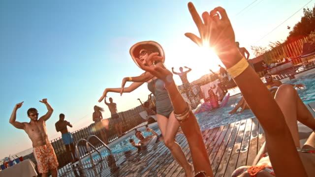 日没のダンス プール パーティーで slo mo 人 - party hat点の映像素材/bロール
