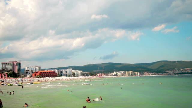 vidéos et rushes de personnes à la plage publique de mauvaise humeur nuages à l'arrière-plan - bulgarie
