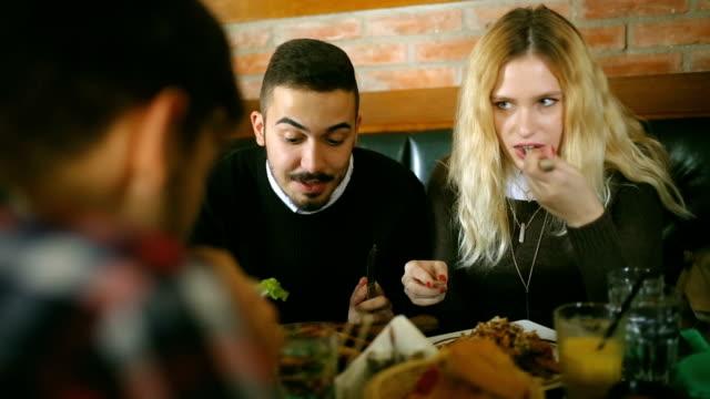 vídeos y material grabado en eventos de stock de personas en el restaurante - modales de mesa