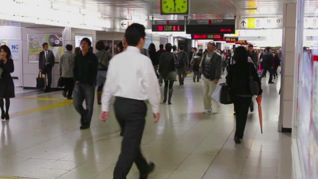 people at train station tunnel in tokyo, japan - 情報伝達サイン点の映像素材/bロール