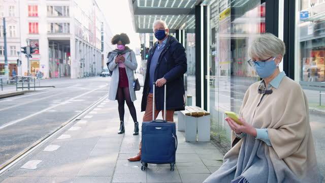 vídeos de stock, filmes e b-roll de pessoas na estação de bonde durante a pandemia - esperar