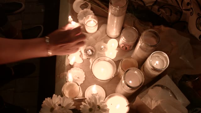 people attend a candlelight memorial service for the victims of the shooting at marjory stoneman douglas high school that killed 17 people on... - minnesmärke bildbanksvideor och videomaterial från bakom kulisserna
