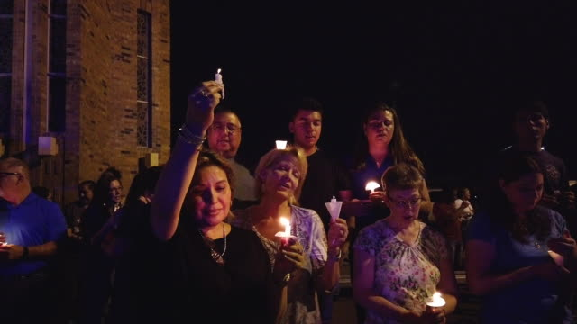 vidéos et rushes de people attend a candlelight prayer vigil outside immanuel baptist church located near the scene of a mass shooting which left at least 22 people dead... - mémorial