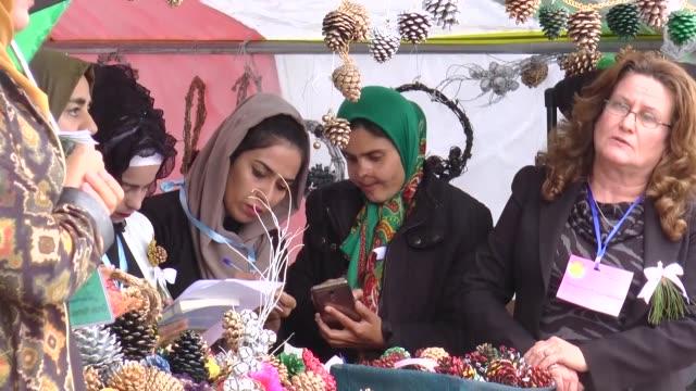 people attend a commemoration ceremonies of the 29th anniversary of the halabja massacre in suleymaniyah iraq on march 162017 people stand in silence... - massförstörelsevapen bildbanksvideor och videomaterial från bakom kulisserna