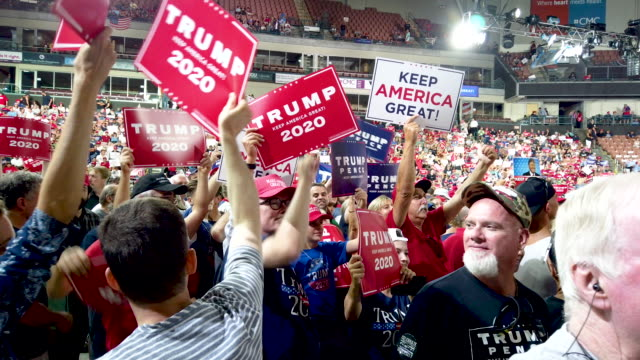 stockvideo's en b-roll-footage met people attend a rally for president donald trump on august 15, 2019 in manchester, new hampshire. - verkiezing