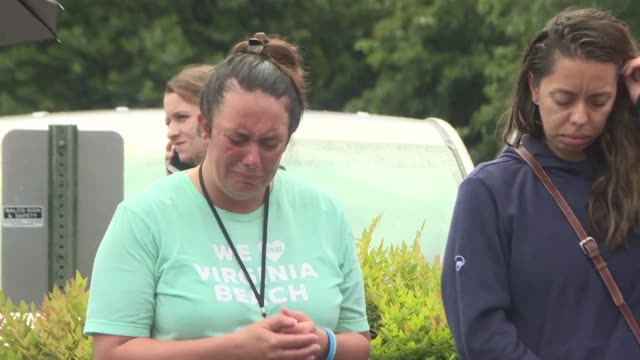 people attend a vigil in virginia beach to mourn the victims of the latest mass shooting to rock the us after a municipal employee shot at his... - trauerzeit stock-videos und b-roll-filmmaterial