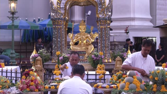 people attend and pray at a religious ceremony at erawan shrine when it reopened after a bomb exploded close to the shrine in the center of... - エラワン聖堂点の映像素材/bロール