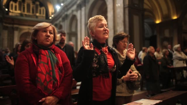 vidéos et rushes de people attend mass at the metropolitan cathedral, the former home cathedral of former buenos aires archbishop cardinal jorge mario bergoglio, now... - catholicisme