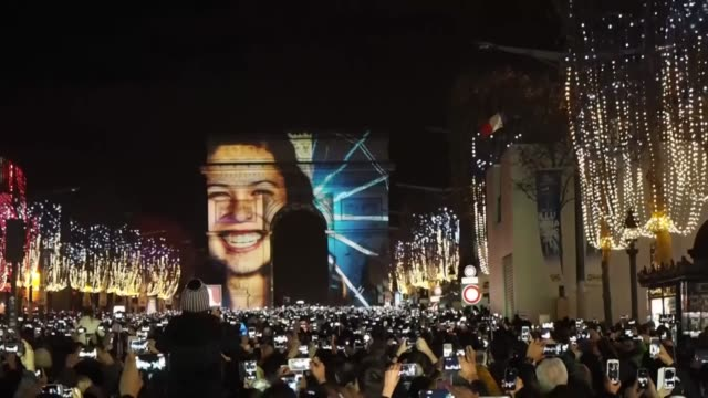 vidéos et rushes de people attend new year's celebrations at champs elysees avenue on january 1, 2016 in paris, france. - nouvel an