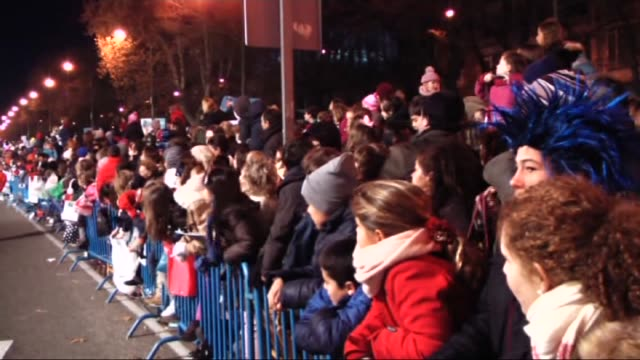 vídeos de stock e filmes b-roll de people attend the 'cabalgata de reyes' or the three kings parade on january 5 2016 in madrid spain the traditional parade takes place during the eve... - desfile