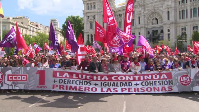 people attend the may day international workers' day celebrations at plaza de cibeles in madrid spain on may 1 2018 labour day or may day is observed... - gewerkschaft stock-videos und b-roll-filmmaterial