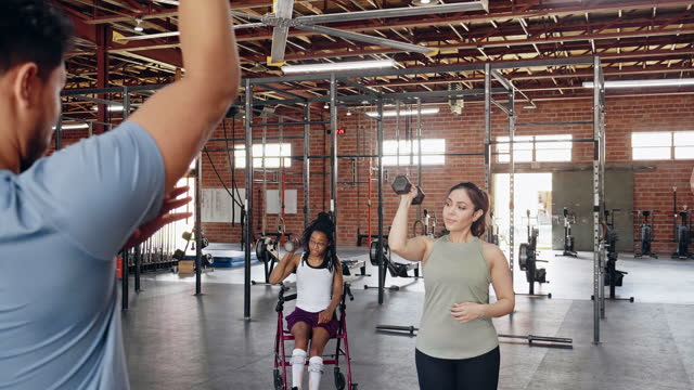 people attend weight training class in cross training gym - hand weight stock videos & royalty-free footage