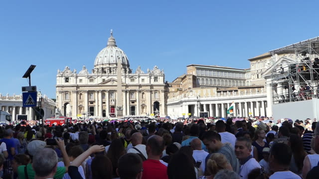stockvideo's en b-roll-footage met people attending the canonization of mother teresa and waiting on saint peter's place in rome september 4 2016 - sint pietersplein