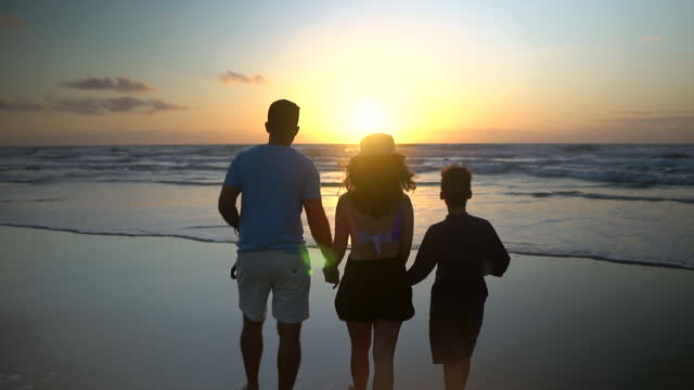 vídeos de stock, filmes e b-roll de as pessoas retrocou na praia ao nascer do sol - turista