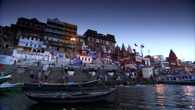 stockvideo's en b-roll-footage met people bath on the crowded banks of the river ganges. - bedevaart