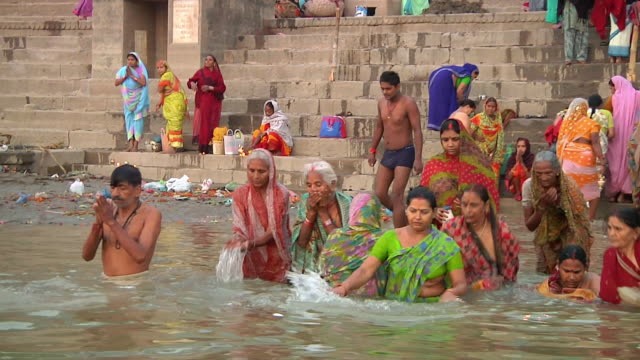 ws pov people bathing in river ganges / varanasi, uttar pradesh, india - pellegrino video stock e b–roll