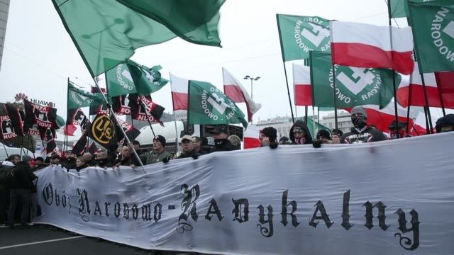 people bearing polish flags and a flags of the polish nationalist group all-polish youth gather prior to the planned march of independence during... - unabhängigkeit stock-videos und b-roll-filmmaterial