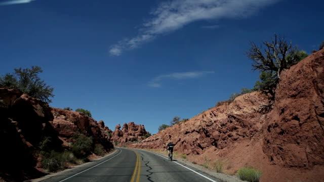 stockvideo's en b-roll-footage met people bicycling on the road of canyon - volgen activiteit