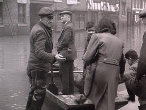 vídeos y material grabado en eventos de stock de people board a boat on a flooded street in shrewsbury - shrewsbury