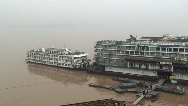 ws ha people boarding ferries on yangtze river, china - ankrad bildbanksvideor och videomaterial från bakom kulisserna