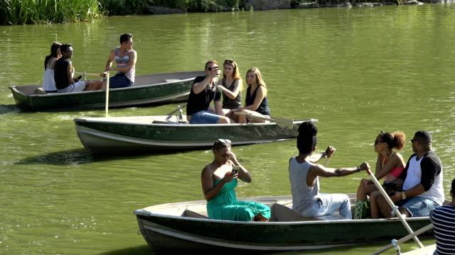 people boating in central park lake, new york city - 座る点の映像素材/bロール