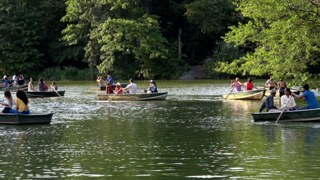 vidéos et rushes de people boating in central park lake, new york city - bateau à rames