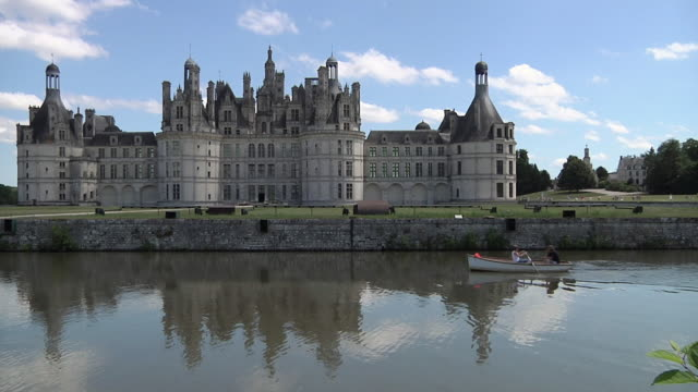 vidéos et rushes de ws people boating in front of chateau de chambord / loire valley, france - kayak