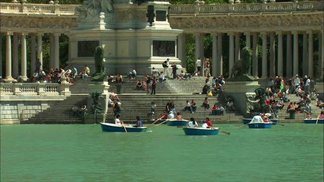 ws tu td people boating in retiro park, madrid, spain - ruderboot stock-videos und b-roll-filmmaterial