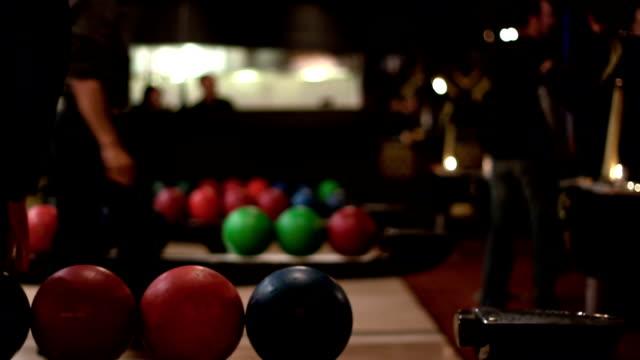 stockvideo's en b-roll-footage met people bowling - time lapse - bowlen
